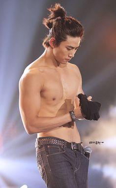 Taecyeon my goodness man you are sexy❤️ Jay Park, Hot Asian Men, Asian Boys, Korean Men, Korean Actors, South Corea, Dramas, Poses For Men, Fantastic Baby