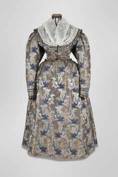 1833 two-piece silk dress; padded bodice, lined with cotton, closes with two mother-of-pearl buttons in the front, two buttons at the wrist; skirt pleated in the back, closes with hooks and eyes, lined with cotton organdy (?). Severočeské muzeum v Liberci, T05222