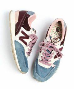 comment porter les baskets basse femme, sneakers femme colorés bleu clair rouge foncé