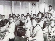 Elementary class in Manila with a Thomasite teacher, 1905 #kasaysayan Class Pictures, Pinoy, Manila, Elementary Schools, Over The Years, Teacher, Memories, Memoirs, Professor