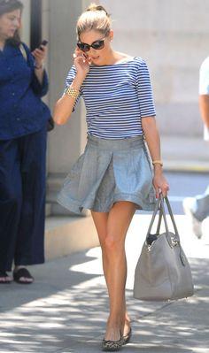 Olivia Palermo e uma combinação confortável com a saia jeans e fashion com o mix de estampas da blusa navy e a sapatilha!