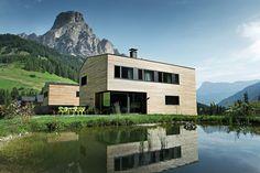 Im Südtiroler Corvara entstand eine Wohnsiedlung bestehend aus zwei Mehrfamilienhäusern und zwei Eigenheimen inkl. Büro.