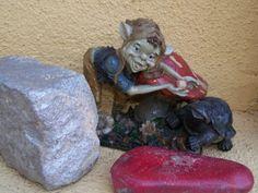 Mini figura duende y tortuga en el jardín del Centro de Educación Infantil Hadas y Duendes