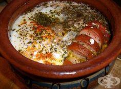 Необходими продукти: 800 грама сирене 600 грама домати 4 яйца 40 грама олио 1 чаена лъжица чубрица парче наденица сол на вкус Начин на приготвяне: Трябват ви 4 гювечета. Разделете сиренето на 4 равни