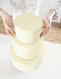 Hochzeitstorte selber backen: Schritt 1 Naked Cake Here we show you how to make a wedding cake. Drip Cakes, Cake Recipe For Decorating, Cake Simple, How To Make Wedding Cake, Homemade Cake Recipes, Cake Tutorial, Something Sweet, Diy Food, Tray Bakes