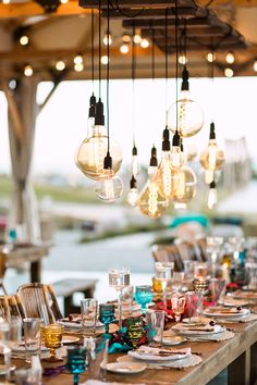 25 Edison Bulb Wedding Ideas For A Bit Of Edge - crazyforus Wood Wedding Decorations, Centerpiece Decorations, Edison Bulb Chandelier, Edison Bulbs, Trends 2018, Wedding Photo Table, Barn Conversion Interiors, Glamping Weddings, Ceiling Decor