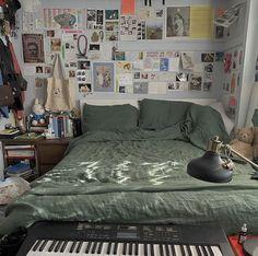 Room Ideas Bedroom, Bedroom Decor, Bedroom Inspo, Chambre Indie, Indie Room, Pretty Room, Aesthetic Room Decor, Aesthetic Photo, Green Rooms
