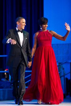 President Barack & First Lady Michelle Obama arrives at the Congressional Black Caucus Foundation's Phoenix Awards dinner in Washington, DC, wearing a floor-length Michael Kors gown and chandelier earrings. Michelle E Barack Obama, Barack Obama Family, Michelle Obama Fashion, Obamas Family, Obama President, Michelle Obama Vestidos, Vestido Tom Ford, Vestidos Ralph Lauren, Vestido Michael Kors