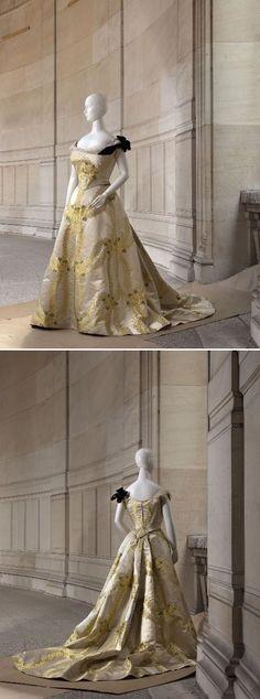 Worth evening dress, From the Musée Galliera 1890s Fashion, Edwardian Fashion, Vintage Fashion, Historical Costume, Historical Clothing, Historical Dress, Vintage Gowns, Vintage Outfits, Vintage Clothing