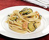 Bucatini con zucchine, gamberi e cipolle