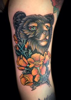 Mignon petit ourson réaliste tatoué avec des fleurs