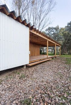 Image 38 of 54 from gallery of Casa de Madera / Estudio Borrachia. Photograph by Fernando Schapochnik Emergency House, Arch Building, Wood Architecture, Theatre Design, Shed Design, Wooden House, Clever Design, House In The Woods, Tours
