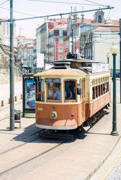 Wybierasz się do Porto? Oto garść praktycznych informacji których potrzebujesz przed wyjazdem. Jak poruszać siępo Porto Porto ma świetną komunikację publiczną którą można dojechać w dowolne miejsce: autobusy oraz metro. Pojazdy są nowe, czyste i szybkie. Miasto ma jednak bardzo surową politykęw stosunku dogapowiczów,kara to ok.100euro za osobę. W Twoim interesie jest przypilnowanie biletu bo...  Czytaj dalej » 100 Euro, Street View, Vehicles, Travel, Porto, Voyage, Viajes, Traveling, Trips