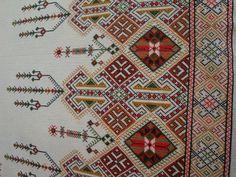 Παραδοσιακό σχέδιο για τραπεζομάντηλο κεντημένο σταυροβελονιά   Traditional tablecloth cross stitch pattern       Κάνετε κλικ εδώ για ... Beaded Crafts, Pajama Party, Cross Stitch Embroidery, Bohemian Rug, Traditional, Rugs, Vw, Wedding Dress, Embroidery