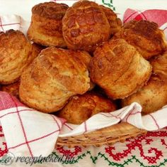 Réteges töpörtyűs pogácsa Wish someone would make these for me.craving them! Hungarian Cuisine, Hungarian Recipes, Snack Recipes, Cooking Recipes, Snacks, Vegan Bean Burger, European Dishes, Savory Pastry, Best Food Ever