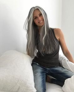 Hair Ideas For The Ladies.Ideas for awesome looking hair. An individual's hair is without a doubt just what can certainly define you as a person. To most individuals it is undoubtedly vital to have a really good hair style. Long Gray Hair, Silver Grey Hair, White Hair, Blonde Grise, Pelo Color Plata, Going Gray Gracefully, Aging Gracefully, Grey Hair Inspiration, Corte Y Color