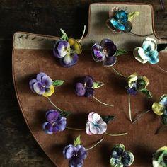 パンジーだらけ 長く作り続けているミニタイプ。 私にとって大切なお花の一つです。 #アートフラワー#布花#染め花#染花#ハンドメイド#手作り#Handmade#手仕事#コサージュ#ブローチ#教室#染め花Horry#アクセサリー#ウエディング#名古屋#パンジー#野の花 Making Fabric Flowers, Flower Making, Paper Flowers, Tiny Flowers, Vintage Flowers, Dried Flowers, Felted Wool Crafts, Passementerie, Love Craft