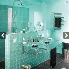 Solution pour agrandir l'espace d'une petite salle de bains : un muret pour recevoir les double vasques et qui sert de séparation avec la douche italienne.
