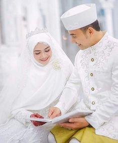 Only love pics fallow me 👈 Muslimah Wedding Dress, Bridal Hijab, Muslim Wedding Dresses, Wedding Hijab, Pakistani Bridal Dresses, Wedding Couple Poses Photography, Wedding Poses, Wedding Couples, Muslim Wedding Photos