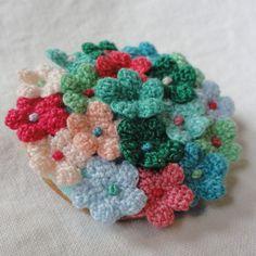 小花の花束 / まる型 /「まぶしい新緑」|ブローチ|ハンドメイド通販・販売のCreema