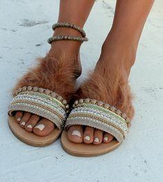 Sandalias de cuero genuino griego.    Sandalias con una correa de cuero ancha que abrazan el pie se desliza. Hera es una pareja única y especial de sandalias, adornado con plumas muy suaves y elegantes beige y oro recorta y cadenas.  ¡Una de nuestras parejas favoritas! Hera es muy ligera, cómoda y elegante, perfectamente usable con vestidos elegantes.   Tamaños disponibles: EU____.... 35... 36... 37... 38... 39... 40... 41... 42 U.K…