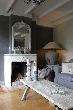 Een prachtige, landelijke haard met mooie details. Het interieur heeft een rustige maar gezellige balans weten te vinden, mede dankzij de schouw.