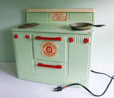 1950s Little Lady Green Electric Working Toy Stove   ...omg sooooo sweet! and it actually heats up! way cooler than an easy-bake oven!