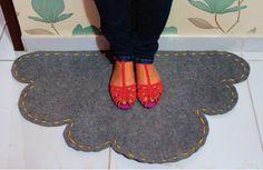 Aprenda a fazer um lindo tapete em forma de nuvem usando carpete. acompanhe o passo a passo e saiba como fazer.