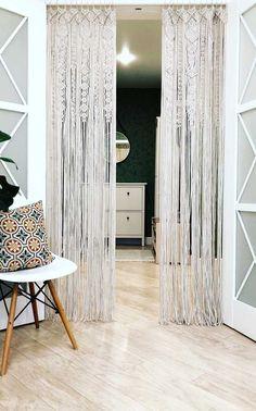 Com detalhes mais elaborados, essa cortina de crochê delimita a área interna da área externa da casa Altar, Macrame, Curtains, Room, Furniture, Beautiful, Home Decor, Collections, Knitting