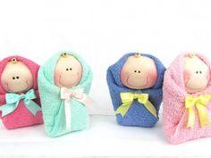 Estos graciosos bebés envueltos en una toallita facial, serán el detalle más tierno para agradecer a tus invitadas sus atenciones para tu bebé.