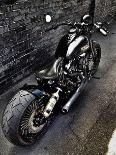 Harley Custom   repinned by www.BlickeDeeler.de   Follow us on www.facebook.com/blickedeeler #harleydavidsonbaggercaferacers