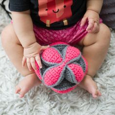 Crochet this amazing Amish puzzle ball made of 3 segment for your little ones, perfect for tiny hands to grab! Free pattern via Dedri Uys!