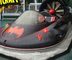 No evil doer will be able to escape your wrath when you chase them down riding in the Batman hovercraft. Whether they try to flee over land, water, or swamps you'll be able to track them down while you ride at speeds of up to 40 MPH.