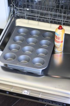 you need to spray non-stick cooking spray on a muffin pan or cake tin, do so over the open door of your dishwasher. This minimizes the need to clean up the cooking spray across your kitchen counter. Baking Tips, Baking Hacks, Baking Secrets, Baking Pan, Bread Baking, Kids Baking, Baking Ideas, No Bake Brownies, How To Make Chocolate