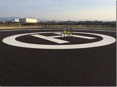 No.435 / ©DAHONrute2015 / DAHON ルート 2015年式 / 休日自宅裏の大阪大和川河川天端道路上をポタリング中、天端道路に隣接し新設コミュニティー施設が出来ており非常へリポートが作られていました天端道路からポール間に自転車進入可能スペースが有り、手押しでヘリポートを通過し施設公園内に入れます。こんなに近くでヘリポート見たのは初めてでした。(写真撮影場所は、施設の許可を得て撮影しています)