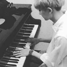 "Chanyeol - ""피부과에서듣던피아노선율을 찬열이가연주중 #RiverFlowsInYou @real__pcy"" | baekhyunee_exo Instagram Update"