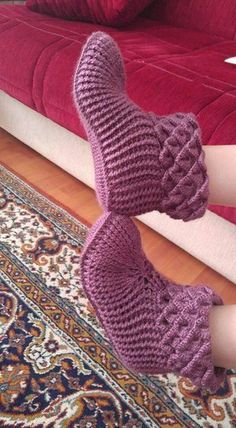 This post was discovered by Ahmet Şarlı. Discover (and save!) your own Posts on Unirazi.The same pattern and shape and white, beige, lion mouth color, l would be nice. Crochet Slipper Boots, Crochet Slipper Pattern, Knitted Slippers, Crochet Ripple, Free Crochet, Knit Crochet, Knitting Designs, Knitting Patterns, Crochet Patterns