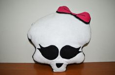 Almofada em tecido e feltro inspirada no personagem de Monster High.