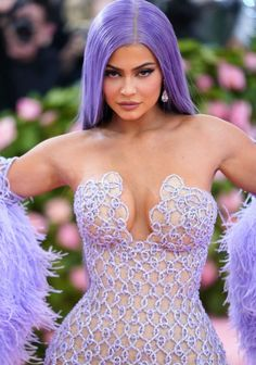 "Kylie Jenner dressed in Versace gown at 2019 MET Gala. The MET Costume Institute Gala ""Camp: Notes On Fashion"" - Fab Fashion Fix. Kyle Jenner, Kylie Jenner Met Gala, Moda Kylie Jenner, Kylie Jenner Fotos, Trajes Kylie Jenner, Looks Kylie Jenner, Kylie Jenner Style, Kendall Jenner Outfits, Kendall And Kylie"