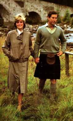 Princess Diana and Prince Charles, Balmoral There is just something about this picture that I love.so natural and warm.Diana and Prince Charles look very happy.he's even holding her hand♥ Princess Diana Photos, Princess Diana Family, Royal Princess, Prince And Princess, Princess Of Wales, Charles And Diana, Prince Charles, Mario Testino, Prinz William