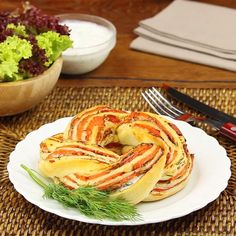 Schnell, einfach und lecker – Lachszopf aus dem Backofen Fast, easy and tasty – Salmon braid out of the oven Brunch Recipes, Dinner Recipes, Party Snacks, Salmon Recipes, Fish Recipes, Finger Foods, Food Videos, Pesto, Easy Meals