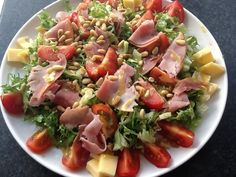 Salade geïnspireerd op het receot Toscaanse salade van Koken met Karin Sla Ham Tomaat Kaas Pijnboompitten Dressing van olie, citroensap, mosterd, honing, knoflook, zout en peper