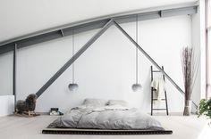 Wunderschöne Idee für ein ruhiges, cleanes Scandi Schlafzimmer mit Futon und Carmina Hängelampe vin VIta Copenhagen