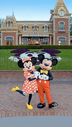 Disneyland Minnie Mouse and Mickey Mouse Disney Theme, Cute Disney, Disney Mickey, Disney Pixar, Walt Disney, Disney Characters, Disney Couples, Face Characters, Disney Trips