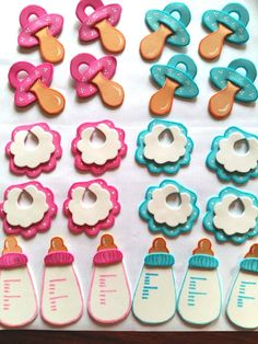As a souvenir of baby showers, bottles filled with sweets are usually given away, whether they are candies, sugared almonds or other foods that fill the moment of . Distintivos Baby Shower, Mesas Para Baby Shower, Baby Shower Themes, Baby Boy Shower, Baby Shower Gifts, Baby Shawer, Baby Love, Moldes Para Baby Shower, Baby Shower Souvenirs