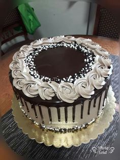 Buttercream Cake Designs, Cake Decorating Frosting, Cake Decorating Designs, Creative Cake Decorating, Cake Decorating Videos, Elegant Birthday Cakes, Elegant Cakes, Birthday Cupcakes, Chocolate Cake Designs