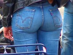 The biggest image collection of girl's sexiest asses in tight vintage Levi's jeans. Sexy Jeans, Jeans Skinny, Jeans Fit, Jeans Style, Jeans Pants, Curvy Jeans, Levi Shorts, Slacks, Levis Jeans