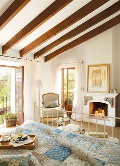 La decoración de nuestras habitaciones es de estilo rústico, decorados en colores claros. Techo con vigas de madera y suelo de parquet. Armarios empotrados realizados a medida Chimenea. Las paredes pintadas a la cal.