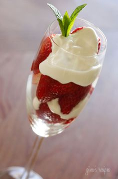 Skinny Strawberries Romanoff - A simple yet elegant dessert. The combination of sour cream with the sweetness of the brown sugar is absolutely addicting! (I can use stevia instead of brown sugar). Elegant Desserts, Easy Desserts, Delicious Desserts, Dessert Recipes, Yummy Food, Strawberries Romanoff, Dipped Strawberries, Desserts Sains, Skinny Recipes