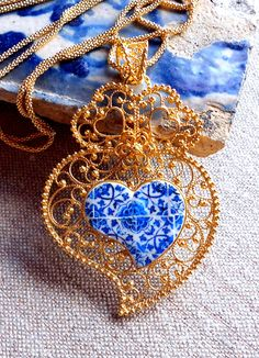 Silver Filigree Heart of Viana Minho with century Azulejos from Tomar Portuguese Tattoo, Jewelery, Jewelry Necklaces, Jewelry Art, Portuguese Culture, Antique Tiles, Tattoo Project, Minho, Silver Filigree